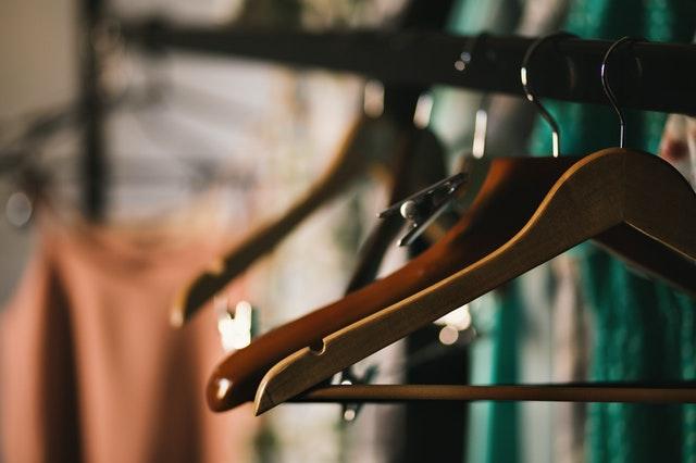 wieszaki na ubrania, drewniane wieszaki na ubrania, wieszaki na ubrania plastikowe